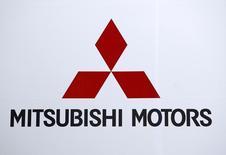 Логотип Mitsubishi Motors Corp в штаб-квартире компании в Токио.  Компания Mitsubishi Motors Corp сообщила о первом квартальном операционном убытке почти за шесть лет, поскольку компания не может преодолеть спад продаж после собственного признания в намеренном занижении показателей расхода топлива в автомобилях. REUTERS/Toru Hanai/File Photo