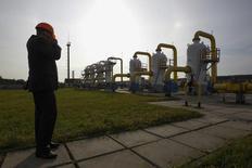 Рабочий на территории ПХГ в Львовской области. 30 сентября 2014 года. Французская Engie закрепила роль главного западного поставщика газа на Украину, договорившись с украинским оператором газотранспортной системы Укртрансгазом о транспортировке и хранении топлива в украинских хранилищах, сообщили участники соглашения. REUTERS/Valentyn Ogirenko