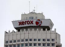 Логотип Xerox на здании в Минске. Квартальная выручка компании Xerox Corp упала почти на 3 процента, обозначив седьмой квартал снижения, поскольку продажи принтеров и копиров компании продолжили сокращаться.  REUTERS/Vasily Fedosenko