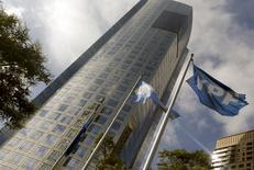 """La sede de la petrolera estatal argentina YPF en Buenos Aires. 16 de abril de 2015. La petrolera estatal argentina YPF dijo el viernes que firmó un acuerdo con la noruega Statoil para estudiar en conjunto la zona offshore del país sudamericano, una región que tiene un """"alto potencial"""". REUTERS/Enrique Marcarian"""