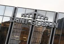 Saint-Gobain, qui a gagné 5,62% à 40,81 euros, a terminé vendredi à la première place du CAC 40. Le groupe a confirmé ses objectifs annuels en publiant un chiffre d'affaires en amélioration au troisième trimestre. /Photo prise le 2 mars 2016/REUTERS/Jacky Naegelen