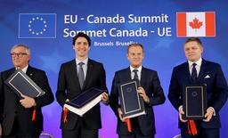 (L-R) European Commission President Jean-Claude Juncker, Canada's Prime Minister Justin Trudeau, European Council President Donald Tusk and Slovakia's Prime Minister Robert Fico attend the signing ceremony of the Comprehensive Economic and Trade Agreement (CETA), at the European Council in Brussels, Belgium, October 30, 2016.  REUTERS/Francois Lenoir