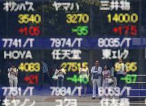 La Bourse de Tokyo a fini en légère baisse lundi, victime, comme Wall Street vendredi, du regain d'incertitude sur la présidentielle américaine. /Photo d'archives/REUTERS/Kim Kyung-Hoon