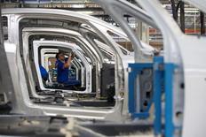 El crecimiento económico de la zona euro se mantuvo sin cambios en el tercer trimestre en comparación con el segundo como se esperaba, mientras que la inflación subió en octubre debido a una caída más reducida de los precios de la energía, mostraron datos preliminares publicados el lunes. En la imagen de archivo, un empleado de una fábrica de coches de Renault en Dieppe, Francia.   REUTERS/Philippe Wojazer/File Photo