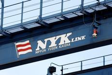 Las tres principales navieras japonesas dijeron que integrarán sus operaciones de contenedores para crear la sexta mayor flota del mundo, sumándose a una tendencia de consolidación en un sector golpeado por la mayor crisis de su historia. En la imagen de archivo, el logo de la japonesa Nippon Yusen (NYK Line) en un puerto en Tokio.   REUTERS/Stringer/File Photo