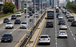 Cars drive in heavy traffic on the Gardiner Expressway in Toronto, June 29, 2015.  REUTERS/Mark Blinch