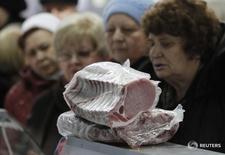 Люди на ярмарке еды в Ульяновке, Ставропольский край 22 декабря 2015 года. Повышение заработных плат в России поддержало потребительский спрос в сентябре 2016 года, сообщил Центробанк в понедельник. REUTERS/Eduard Korniyenko