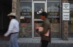 Una casa de cambios en Ixmiquilpan, México, abr 24, 2012. Las remesas a México habrían acelerado su ritmo de crecimiento en septiembre a un 6.0 por ciento interanual, ayudadas por temores de la población inmigrante en Estados Unidos por la cercanía de las elecciones presidenciales, según un sondeo de Reuters.  REUTERS/Tomas Bravo