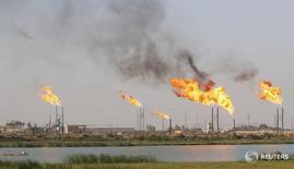 Месторождение нефти в Басре, Ирак 14 октября 2016 года. Цены на нефть снизились более чем на $1 в понедельник из-за сомнений относительно плана сокращения добычи ОПЕК и роста запасов черного золота в распределительном центе в американском Кушинге. REUTERS/Essam Al-Sudani