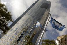 La casa matriz de YPF en Buenos Aires, abr 16, 2015. El Gobierno de Argentina está negociando cambios en las normas laborales con los poderosos sindicatos del sector del petróleo y el gas, en busca de aligerar unos costos tan altos que disuaden a los inversores que el país necesita para desarrollar la industria   REUTERS/Enrique Marcarian