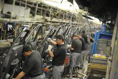 Le gouvernement britannique a donné des assurances à Nissan avant l'annonce la semaine dernière de la décision du constructeur japonais de construire deux nouveaux modèles à son usine anglaise de Sunderland, a déclaré lundi le ministre aux Entreprises Greg Clark. /Photo d'archives/REUTERS/Nigel Roddis