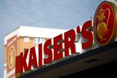 Les chaînes de supermarchés allemandes ont conclu un accord qui permettra de sauvegarder pendant sept ans les 15.000 emplois de l'enseigne déficitaire Kaiser's, a annoncé lundi le vice-chancelier Sigmar Gabriel. /Photo prise le 23 septembre 2016/REUTERS/Axel Schmidt