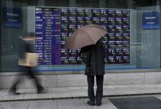 La Bourse de Tokyo a fini en petite baisse de 0,06% mardi. L'indice Nikkei a perdu 10,41 points à 17.414,61. /Photo d'archives/REUTERS/Issei Kato