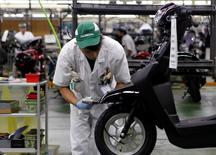 Le secteur manufacturier japonais a enregistré en octobre une croissance inédite en l'espace de neuf mois à la faveur d'un rebond de la production et des commandes nouvelles. /Photo prise le 13 septembre 2016/REUTERS/Naomi Tajitsu