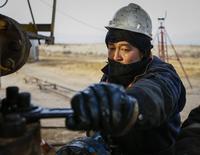 Рабочий на месторождении РД Казмунайгаз в Кызылординской области 21 января 2016 года. Казахстан не планирует сокращать объем нефтедобычи, несмотря на участие во встречах стран-членов ОПЕК и не входящих в картель государств, обсуждающих ограничение производства, сказал во вторник министр энергетики Канат Бозумбаев. REUTERS/Shamil Zhumatov
