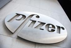 La foto de archivo muestra el logo de Pfizer en las instalaciones de la compañía en Nueva York. Pfizer, la mayor farmacéutica de Estados Unidos, reportó el martes una ganancia trimestral ajustada que estuvo por debajo de las proyecciones de analistas y recortó ligeramente sus previsiones de utilidades para 2016, luego de poner fin a la investigación sobre un fármaco contra el colesterol. REUTERS/Andrew Kelly/File photo