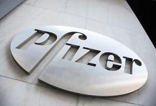 Pfizer, la mayor farmacéutica de Estados Unidos, informó el martes una ganancia trimestral ajustada que estuvo por debajo de las proyecciones de analistas y recortó ligeramente sus previsiones de beneficio para 2016, después de poner fin a la investigación sobre un fármaco contra el colesterol. En la imagen, el logo de Pzifer en Nueva York, el 28 de abril de 2014.  REUTERS/Andrew Kelly