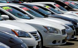 Foto de archivo de una hilera de automóviles en una concesionaria en California. May 2, 2016. Las ventas de autos cayeron alrededor de un 6 por ciento en octubre, pese al incremento de descuentos en varios modelos populares, ya que continuó la tendencia hacia las camionetas pickup y vehículos utilitarios deportivos (SUV), reportaron el martes WardsAuto y las fabricantes. REUTERS/Mike Blake/File Photo