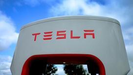 Le constructeur américain de voitures électriques Tesla Motors a dit mardi espérer une contribution à son chiffre d'affaires 2017 de plus d'un milliard de dollars (912 millions d'euros) de la fusion avec l'installateur de panneaux solaires SolarCity pour 2,6 milliards de dollars. /Photo prise le 12 octobre 2016/REUTERS/Phil Noble