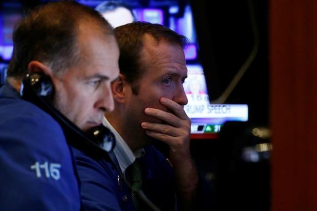 11月1日、米大統領選は8日に投票日を控え、にわかに接戦の様相を呈してきた。共和党のトランプ候補が勝利して米株式市場が混乱に陥る可能性に備え、トレーダーはあわててヘッジ取引を増やしている。NY証券取引所で10月撮影(2016年 ロイター/Brendan McDermid)