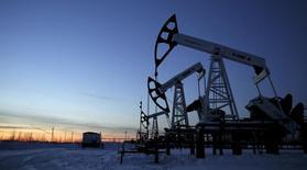 Станки-качалки на Имилорском месторождении Лукойла близ Когалыма 25 января 2016 года. Цены на нефть в среду продолжили падать четвёртый день, при этом обеспокоенные инвесторы ожидают выхода данных о запасах в США после того как данные отрасли показали неожиданный рост запасов, подчеркнув устойчивый глобальный переизбыток чёрного золота. REUTERS/Sergei Karpukhin/Files