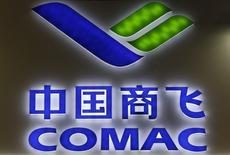 Comac, le constructeur aéronautique chinois, a annoncé avoir constitué une coentreprise avec le russe UAC en vue du développement en commun d'un avion gros porteur. Le jumbo en projet porte l'ambition des deux pays de contester le duopole d'Airbus et Boeing sur le segment des long-courriers. /Photo d'archives/REUTERS/Edgar Su