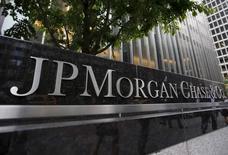 Штаб-квартира JP Morgan Chase & Co. в Нью-Йорке. Выборы в США вряд ли несут большой риск финансовым рынкам в силу сложившейся системы сдержек и противовесов: Конгресс, вероятно, притормозит многие политические меры независимо от того, кто станет президентом, считает топ-менеджер одного из крупнейших в мире управляющих активами.  REUTERS/Mike Segar/Files