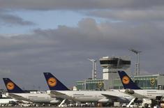 Aviones de Lufthansa en la losa del aeropuerto Fraport en Fráncfort , nov 2, 2016. Lufthansa dijo que ralentizará su crecimiento planificado adicional en el cuarto trimestre para reflejar un mercado complejo, pero aguarda con confianza el 2017 tras reportar unos resultados más sólidos en su negocio principal de aerolíneas.. REUTERS/Kai Pfaffenbach