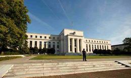 La Reserva Federal mantuvo estables los tipos de interés el miércoles, en la última decisión de política monetaria antes de las elecciones presidenciales en Estados Unidos, pero señaló que podría subir los tipos en diciembre ya que la economía cobra impulso y la inflación se acelera. En la imagen, un poilcía hace guardia frente a la sede de la Fed, el 12 de octubre de 2016. REUTERS/Kevin Lamarque