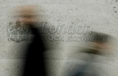 Les principales Bourses européennes sont en légère hausse ce jeudi, s'efforçant ainsi d'interrompre une série de huit séances de repli de suite à la faveur de la bonne tenue du compartiment bancaire et de la remontée des cours du brut. À Paris, le CAC 40 prend 0,22% à 4.424,19 points vers 07h40 GMT. À Francfort, le Dax est inchangé. À Londres, le FTSE gagne 0,21%. /Photo d'archives/REUTERS/Stephen Hird