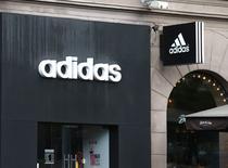Adidas a annoncé jeudi un ralentissement de la croissance de ses ventes au titre du troisième trimestre ainsi que des charges exceptionnelles couvrant la restructuration de sa marque Reebok et des investissements censés accélérer le développement du groupe. /Photo prise le 29 septembre 2016/REUTERS/Vasily Fedosenko