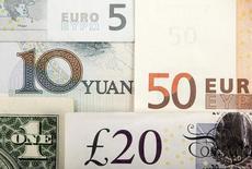 Foto de varias monedas del mundo incluye el Yuan chino, el dólar E.E.U.U, el Euro, y la Libra británica. 25 de Enero, 2011. Las bolsas de Asia se unían al dólar para cotizar a la defensiva el jueves, luego de que la incertidumbre sobre la carrera presidencial en Estados Unidos llevó al índice S&P 500 a su racha negativa más larga en cinco años.  REUTERS/Kacper Pempel/Illustration/File Photo - RTSKTN7