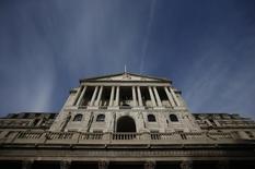 """El Banco de Inglaterra descartó los planes de reducir sus tipos de interés y dijo que decidiría el futuro de la política monetaria dependiendo de las previsiones de crecimiento e inflación para 2017, después de la abrupta caída de la libra esterlina tras la votación en favor del """"Brexit"""". En la imagen, el edificio del Banco de Inglaterra en Londres, el 3 de noviembre de 2016. REUTERS/Peter Nicholls"""