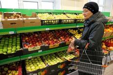 Женщина в магазине Дикси в Москве 20 октября 2016 года. Потребительские цены в России в октябре 2016 года выросли на 6,1 процента к аналогичному периоду прошлого года и 0,4 процента по отношению к предыдущему месяцу, сообщил Росстат. REUTERS/Maxim Zmeyev