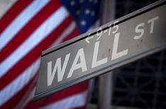 Un cartel de Wall Street fuera de la bolsa en Nueva York, 28 de Octubre, 2013. Los índices Dow Jones y S&P 500 iniciaron la sesión del jueves al alza y se espera que el referencial logre salir de una racha perdedora de siete sesiones, mientras que un descenso en las acciones de Facebook presionaba al Nasdaq.  REUTERS/Carlo Allegri/File Photo - RTSHUXE
