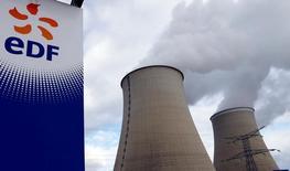EDF a annoncé jeudi soir avoir revu à la baisse ses objectifs de production nucléaire et de résultat opérationnel (Ebitda) pour l'année 2016, pour la deuxième fois en moins de deux mois, à la suite du report à la fin de l'année du redémarrage de cinq de ses réacteurs nucléaires. /Photo prise le 20 octobre 2016/REUTERS/Regis Duvignau