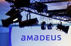 El proveedor tecnológico para la industria de viajes Amadeus anunció el viernes un alza del 16,4 por ciento en su beneficio bruto de explotación (Ebitda), apoyándose en una mayor cuota de mercado y un crecimiento de las reservas de viajes en sus dos principales divisiones de distribución y de soluciones tecnológicas. En la imagen, el logo de Amadeus en Madrid, el 24 de junio de 2016. REUTERS/Andrea Comas