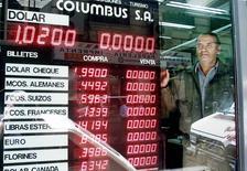 Casa de cambio en Buenos Aires muestra el valor del peso frente a otras monedas del mundos, 6 de Diciembre, 2001. Argentina reducirá las regulaciones para operar negocios de cambio de moneda, informó el jueves el Banco Central, lo que facilitará a los turistas la compra de pesos en hoteles, restaurantes y bancos. REUTERS/Enrique Marcarian