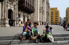 Vendedoras callejeras, fuera de la Catedral de Lima. 6 de octubre de 2016. Analistas elevaron sus expectativas de crecimiento económico para este año a un 3,9 por ciento desde un 3,8 por ciento, según un sondeo del Banco Central publicado el viernes, tras recientes señales de una recuperación de la actividad productiva local. REUTERS/Mariana Bazo