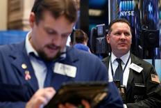 Las bolsas europeas cayeron el viernes, presionadas por el sector de las farmacéuticas después de que dos legisladores de Estados Unidos pidieran a los reguladores federales antimonopolio abrir una investigación sobre una posible fijación de precios. En la imagen de archivo, operadores en la Bolsa de Nueva York 2016.  REUTERS/Brendan McDermid/Files