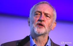 El jefe de la oposición laborista en Reino Unido intentará bloquear las conversaciones para un divorcio del país con la Unión Europea si es que el gobierno no accede a las demandas del partido para el llamado Brexit, lo que podría llevar a una elección general adelantada. En la imagen, el líder de la oposición británica Jeremy Corbyn ofrece un discurso en Londres. 5 de noviembre 2016. REUTERS/Neil Hall