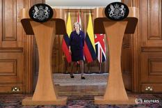 La primera ministra británica, Theresa May, dijo el domingo que su Gobierno implementará una salida total de la Unión Europea, en respuesta a los críticos de su estrategia sobre el Brexit que han amenazado con bloquear el proceso en el Parlamento. En la imagen de archivo, la primera ministra británica, Theresa May, llega a una rueda de prensa en la sede del Gobierno en Londres. 2 de noviembre de 2016. REUTERS/Facundo Arrizabalaga/Pool