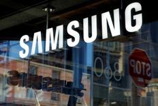 Samsung dijo el domingo que lanzará un servicio de asistencia digital con inteligencia artificial para su teléfono avanzado Galaxy S8, en un intento por recuperarse del fracaso del Galaxy Note 7 y diferenciar sus dispositivos. En la imagen de archivo, un cartel en una tienda de Samsung en Manhattan, Nueva York.  REUTERS/Andrew Kelly/File Photo