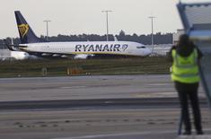 Ryanair Holdings a relevé sa prévision de croissance sur le long terme de 10% lundi, comptant transporter 200 millions de passagers par an d'ici 2024 et contrôler plus de 20% des vols courts-courrier en Europe. /Photo prise le 2 novembre 2016/REUTERS/Kai Pfaffenbach
