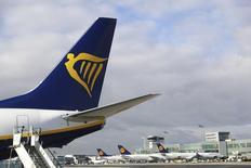 La compañía aérea de bajo coste Ryanair Holdings PLC elevó su pronóstico de crecimiento a largo plazo en un 10 por ciento el lunes, diciendo que esperaba transportar a 200 millones de pasajeros al año en 2024 y obtener más del 20 por ciento de cuota del mercado europeo de corto recorrido mientras sus competidoras sufren por la caída de las tarifas. En la imagen, un avión de Ryanair  en el aeropuerto de Fráncfort, Alemania, el 2 de noviembre de 2016. REUTERS/Kai Pfaffenbach