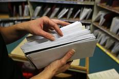L'opérateur postal néerlandais PostNL a rejeté lundi l'OPA améliorée de son homologue belge bpost, affirmant sa volonté de rester indépendant. /Photo d'archives/REUTERS/Fabrizio Bensch