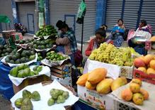 Vendedoras de fruta en un mercado popular de La Paz, Bolivia 30 de Octubre, 2016. El Índice de Precios al Consumidor (IPC) de Bolivia aumentó un 0,37 por ciento en octubre respecto al mes anterior, empujado mayormente por un incremento en los valores de los alimentos y las bebidas no alcohólicas, informó el sábado el estatal Instituto Nacional de Estadísticas (INE).REUTERS/David Mercado