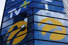 Рабочие устанавливают логотипы Turkcell на здании в Стамбуле. 29 июня 2016 года. Альфа-групп российского миллиардера Михаила Фридмана, возможно, вскоре разрешит многолетний спор со вторым крупным акционером Turkcell за долю в компании, что позволит российскому госбанку ВТБ инвестировать в оператора. REUTERS/Murad Sezer