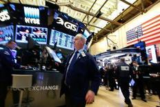 Трейдеры на фондовой бирже в Нью-Йорке. 7 ноября 2016 года. Американский фондовый рынок резко вырос в понедельник после того, как ФБР в преддверии выборов сообщило, что не будет выдвигать уголовные обвинения против кандидата в президенты США Хиллари Клинтон. REUTERS/Brendan McDermid