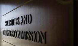 La Securities and Exchange Commission (SEC) a ouvert une enquête visant quatre grandes banques sur de possibles malversations sur le marché des certificats de dépôt (American Depositary Receipt/ADR), rapporte lundi le Wall Street Journal. /Photo d'archives/REUTERS/Mike Stone
